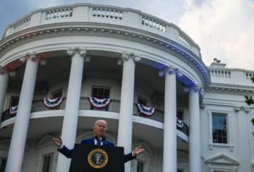 "Biden celebra ""independencia"" respecto del covid aunque la pandemia aún acecha"