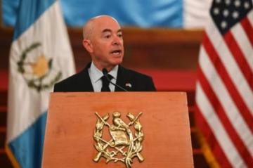 Guatemala pide a secretario de Seguridad de EEUU aprobar permiso temporal a sus migrantes
