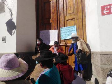 Padres de familia intentan entrar al edificio municipal