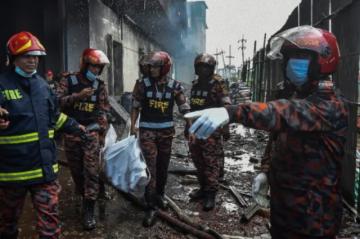 Reportan que hay más de 50 muertos por un incendio en una fábrica de Bangladés