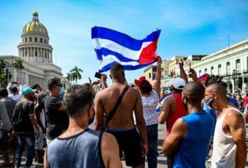 La cólera estalla en las calles de Cuba, convocan a revolucionarios al combate