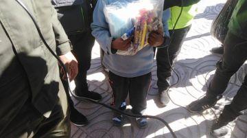 Niño que llegó de Sucre vende para ayudar a su madre