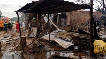 Voraz incendio consume varias viviendas precarias en un barrio de Santa Cruz