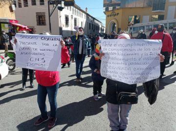 Los trabajadores de la CNS marchan en demanda de la renuncia de la gerente nacional
