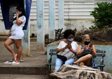 """Biden estudia restaurar internet en la """"fallida"""" Cuba y le ofrece vacunas"""