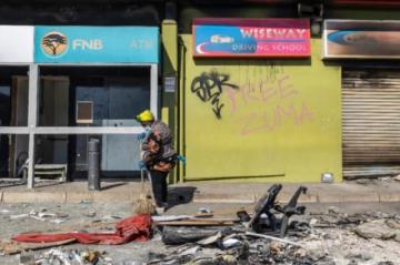 Se realizan tareas de limpieza tras los saqueos en Sudáfrica, que busca calmar las tensiones raciales