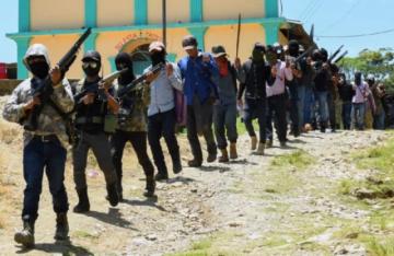"""Autodefensa indígena """"El Machete"""" muestra sus armas en sur de México"""