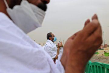 Fieles acuden al monte Arafat en momento cumbre de la peregrinación a La Meca