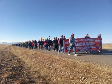 Mineros de Andacaba continúan su marcha a La Paz