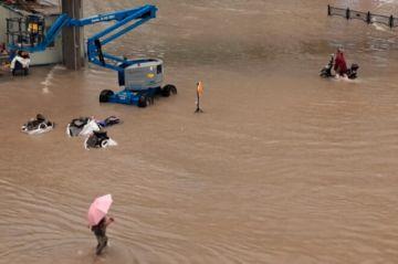 Reportan que hay 25 muertos por lluvias torrenciales en China, el metro inundado