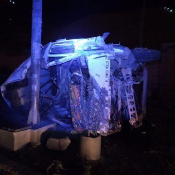 Vehículo se estrella contra postes de alumbrado público