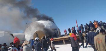 Potosinos queman domos de empresa extranjera y definen su desalojo