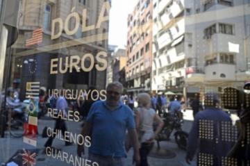 En medio de las restricciones, el peso argentino se hunde en el marcado paralelo
