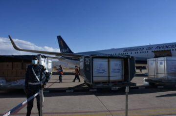 Llegan a Bolivia 500.000 dosis de Sinopharm