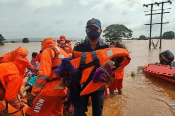 Reportan que hay al menos 127 muertos y decenas de desaparecidos por lluvias monzónicas en India