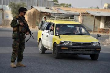 Miles de familias afganas huyen de los combates en un antiguo bastión talibán