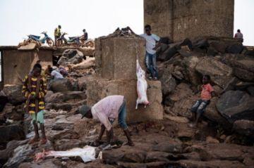 Bajo el tercer puente de Bamako pasa el río Níger y viven los genios