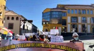 Empresas encargadas de la instalación de gas natural protestan por las calles