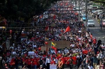 La resistencia a la junta en Birmania se aleja del aura de Suu Kyi