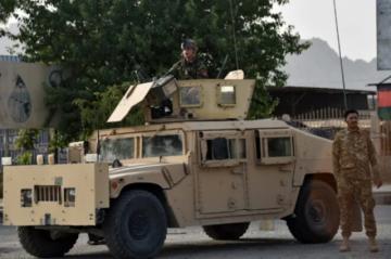 Afganistán lucha para evitar que ciudades importantes caigan en manos de los talibanes