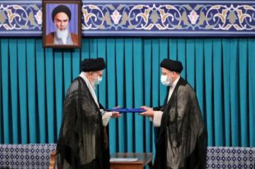 El ultraconservador Ebrahim es Raisi investido nuevo presidente de Irán