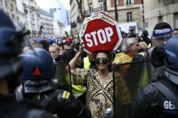 Reportan que hay marchas en Francia por cuarta semana seguida contra medidas anticovid-19