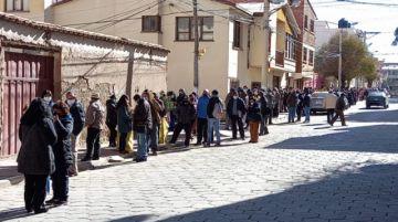 Asegurados de la CNS realizan filas para recibir segunda dosis de la vacuna Sputnik V