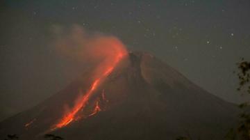 Un importante volcán indonesio entra en erupción