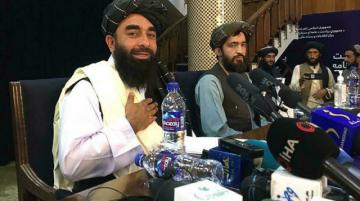 """Los talibanes se comprometen a ser """"diferentes"""", pero sigue el éxodo de Afganistán"""
