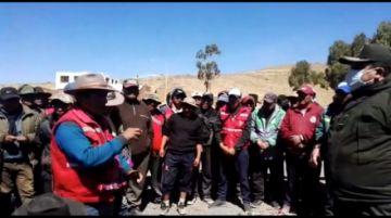 Bloqueo continúa, buscan dialogar con los movilizados en la vía Potosí Sucre