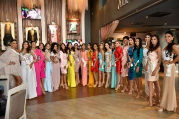 Miss Potosí se dirige a su gente antes de la final del Miss Bolivia