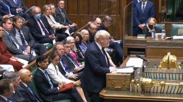 Johnson rompe promesa electoral y sube impuestos para financiar política de dependencia