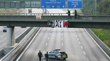 Activistas del clima protestan contra salón del automóvil en Alemania