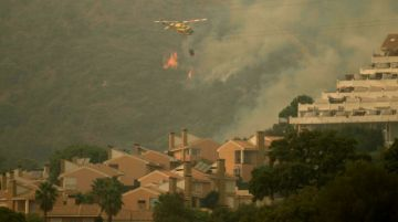 Reportan que hay un bombero muerto y cientos de evacuados por incendio en sur de España