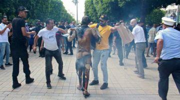 Un hombre se prende fuego en el centro de Túnez