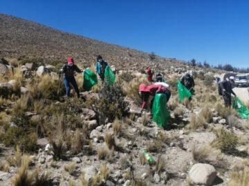 Voluntarios realizan limpieza en cercanías de planta de tratamiento de agua