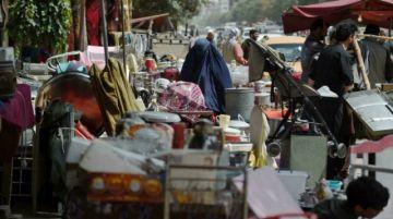 Los mercados de Kabul se llenan de enseres de afganos desesperados por huir o comer