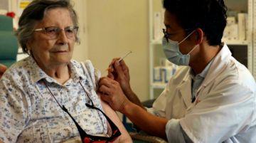 Francia obligará el miércoles a los trabajadores médicos a vacunarse contra el covid-19