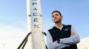 """Serenos, los primeros turistas de SpaceX esperan su viaje al espacio en una """"furgoneta"""""""