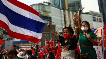 Manifestantes en Tailandia piden renuncia del primer ministro en aniversario de golpe de Estado