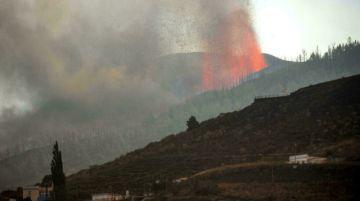 """La lava del volcán en Canarias destruye """"numerosas"""" casas y obliga a evacuar a 5.000 personas"""