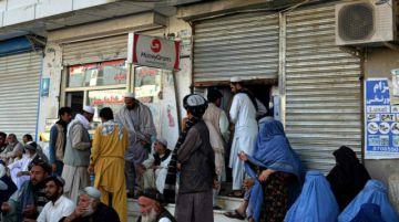 Indignación de mujeres afganas por las restricciones a trabajar de los talibanes