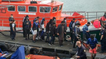 Rescatan en Francia a 108 migrantes que intentaban alcanzar Inglaterra por mar