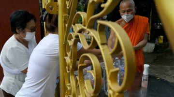 """Camboya cancela el """"festival de los muertos"""" tras contagios de covid-19 en monjes"""