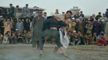 Luchadores con sed de gloria en un terreno polvoriento de Kabul