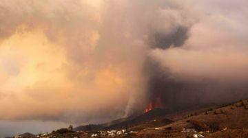 Reabrean el aeropuerto de La Palma en España, clausurado por las cenizas volcánicas