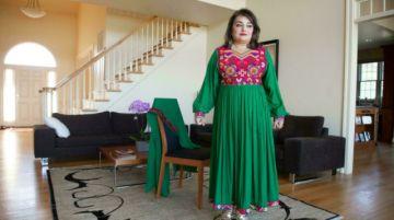 Destacan colorida ropa afgana para protestar contra código de vestimenta talibán