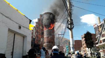 Dueño denuncia que a su departamento entraron cinco granadas de gas y eso provocó el incendio