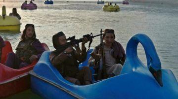 Los talibanes descubren con alegría los parques de atracciones en Afganistán