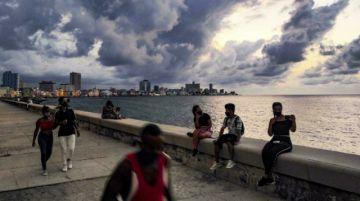 La Habana abre las playas y el Malecón, pero con mascarilla